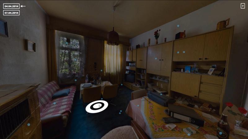 Wohnzimmer-Ansicht mit aktivem Sprungpunkt, Datums-Umschalter und Info-Button