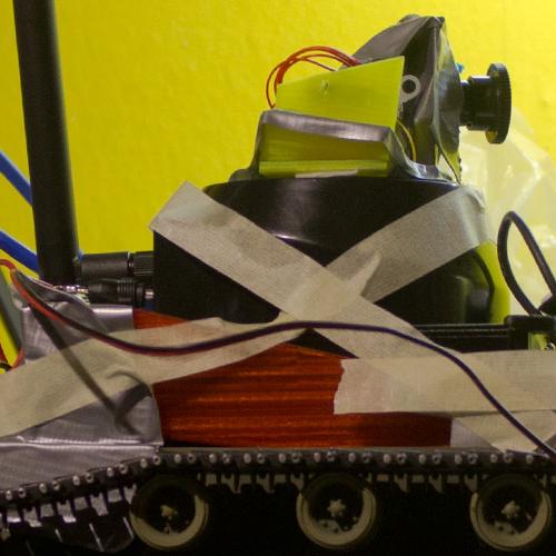Klebeband hält ein kettengetriebenes Fahrwerk, einen W-Lan-Empfänger und eine Kamera zusammen.