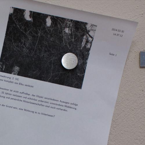 Ein Magnet hält ein ausgedrucktes Protokoll mit dem Zeitstempel 30. März 2014 an einer Wandleiste.